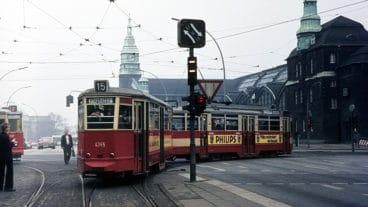 Eine alte Straßenbahn am Hamburger Hauptbahnhof