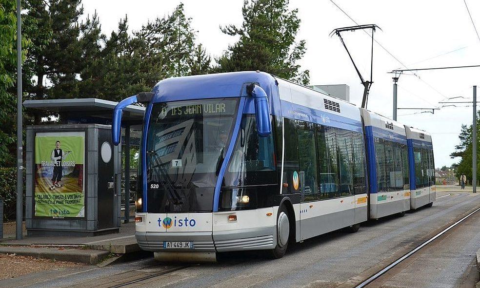 Ein Spurbus vom Hersteller Bombardier in der französischen Stadt Caen. Das System ist von Anfang an so pannenanfällig gewesen, dass die Strecken schon bald zu einer herkömmlichen Stadtbahn umgewandelt werden sollen.
