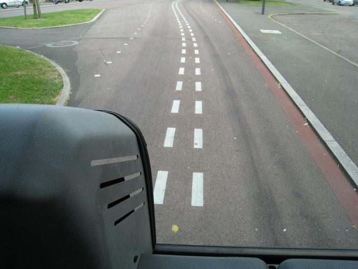 Spurbus mit optischer Spurführung in der französischen Stadt Rouen: Blick aus dem Bus auf die gestrichelte Spurführungslinie