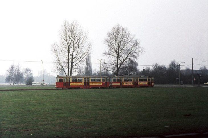 """In Hamburg gab es auch """"Rasengleise"""": Eine Straßenbahn fährt in den 70er Jahren mitten durch den Horner Kreisel"""