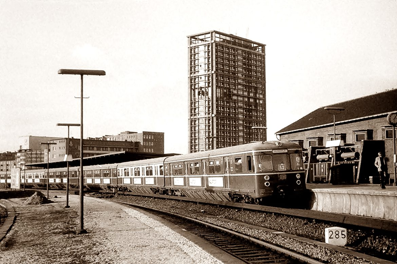 Blick vom alten Fernbahnsteig an der Berliner Bahn auf den Bergedorfer S-Bahnsteig am Berliner Tor im Jahr 1970.