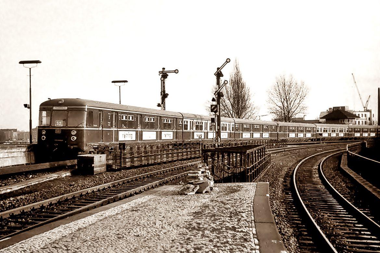 Blick vom alten Fernbahnsteig der Berliner Bahn am Berliner Tor auf einen S-Bahnzug der Baureihe 470 aus Bergedorf kommend im Jahr 1970.