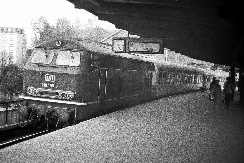 Ein äußerst seltener Anblick: Im Jahr 1981 gab es auf der Bergedorfer S-Bahn einen kurzzeitigen Ersatzverkehr mit Dieselzügen. Der Bahnfotograf Hans-Jürgen Kämpf fing dieses Motiv damals am Berliner Tor ein.