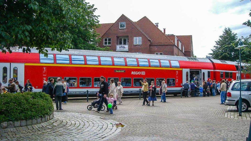 Ein Sonderzug im Jahr 2008 auf dem Bahnhofsvorplatz in Tornesch in Richtung Uetersen