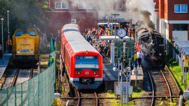 S-Bahn im Endbahnhof Wedel bei Hamburg neben historischer Dampfbahn
