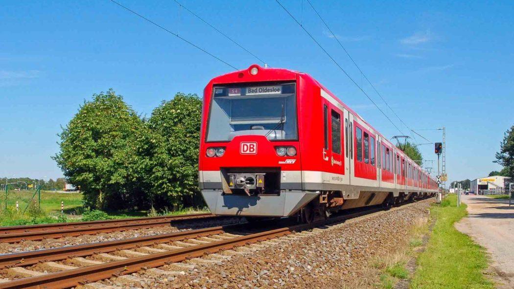 Fotomontage: Zug auf der geplanten S-Bahnlinie S4 mit Ziel Bad Oldesloe