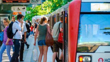 Menschen steigen in U-Bahn an der Kellinghusenstraße in Hamburg