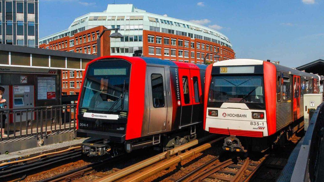 Neu und alt: Zwei U-Bahnen vom Typ DT5 und DT3 am Baunwall im Hamburger Hafen