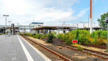 Blick auf stillgelegte Gleise und Bahnsteige im Fährbahnhof Puttgarden auf der Insel Fehmarn in Schleswig-Holstein