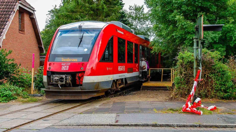 2012 fuhren nur testweise Züge nach Rendsburg-Seemühlen - mit provisorischen Holzbahnsteigen. 2023 soll dort der reguläre Personenverkehr starten.