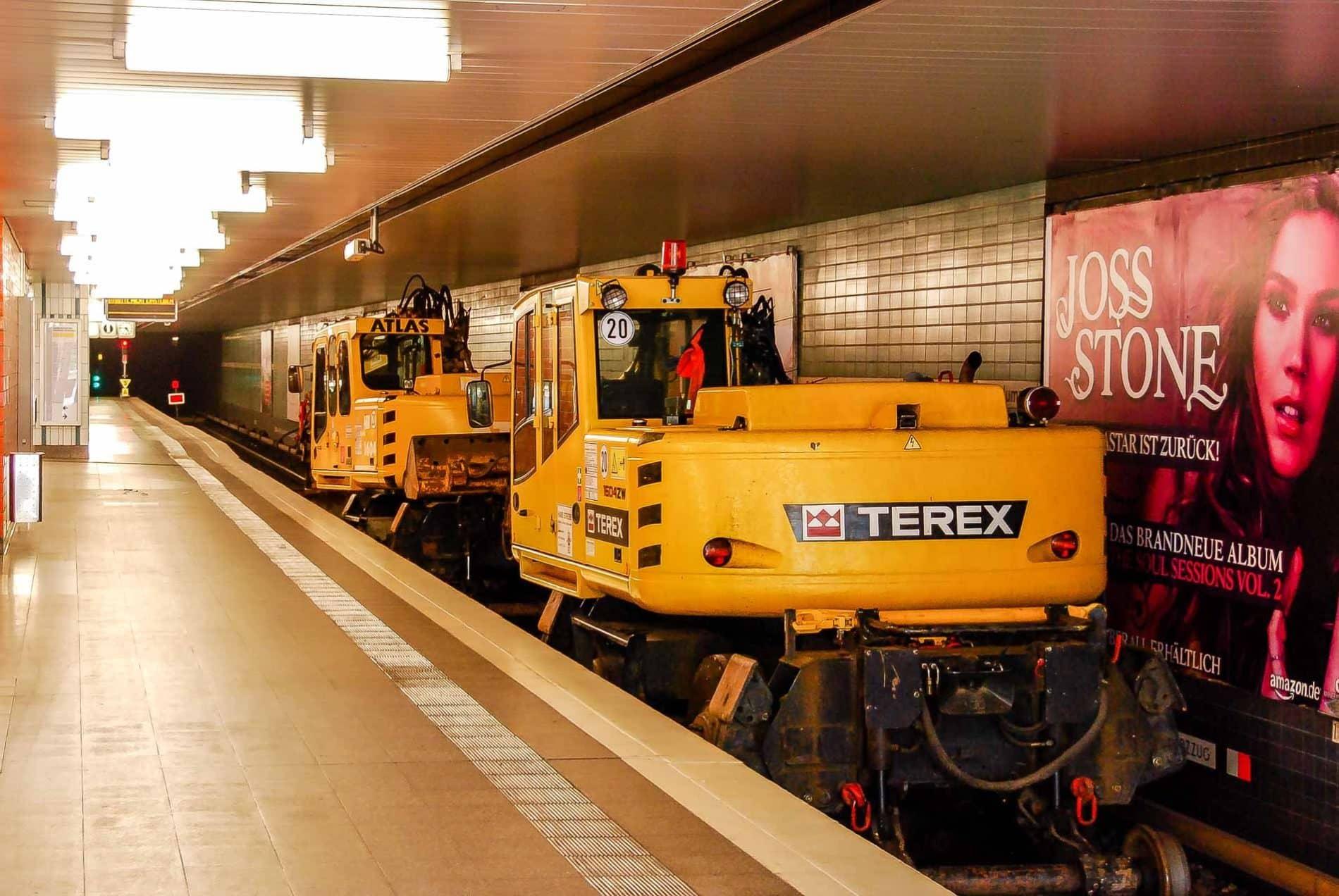 Schienenbagger im U-Bahnhof Schlump in Hamburg