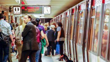 Menschen steigen aus U-Bahn am Bahnhof Osterstraße in Hamburg