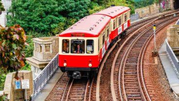 Oldtimer-U-Bahn vom Typ DT1 (Hanseat) an den Landungsbrücken in Hamburg
