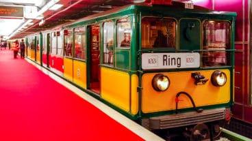 Oldtimer-U-Bahn (T-Wagen) am U-Bahnhof Jungfernstieg in Hamburg