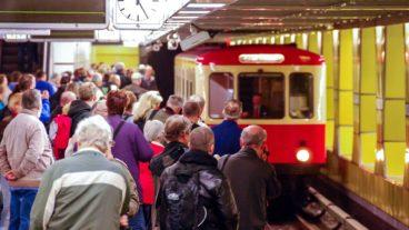 Menschen warten auf Oldtimer-U-Bahn (Hanseat) im Bahnhof Jungfernstieg in Hamburg