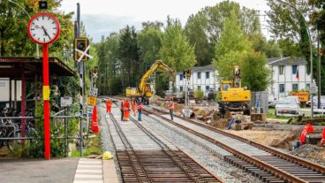 Gleisbauarbeiten der AKN an einem Bahnübergang in Burgwedel in Hamburg