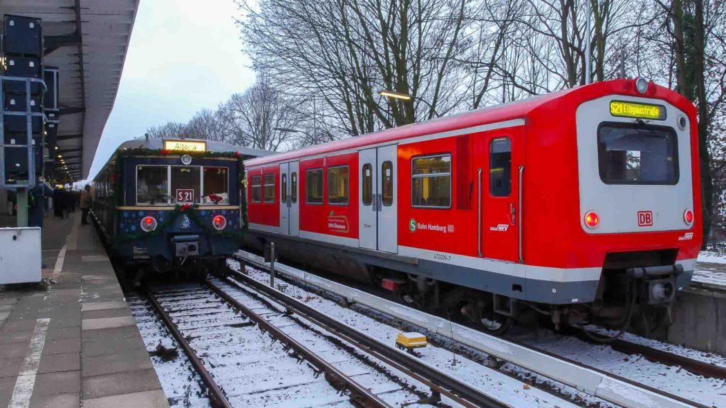 Historische Weihnachts-S-Bahn in Bergedorf neben einer S21