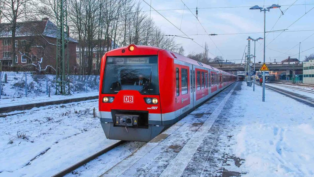 Hamburger Zweisystem-S-Bahn im Winter in Stade