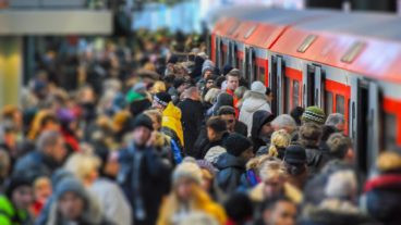 Menschenmassen warten im Winter auf S-Bahn im Hamburger Hauptbahnhof