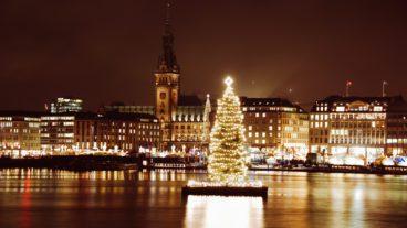 Weihnachtstanne auf der Alster in Hamburg