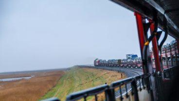Syltshuttle-Autozug auf dem Hindenburgdamm in Schleswig-Holstein