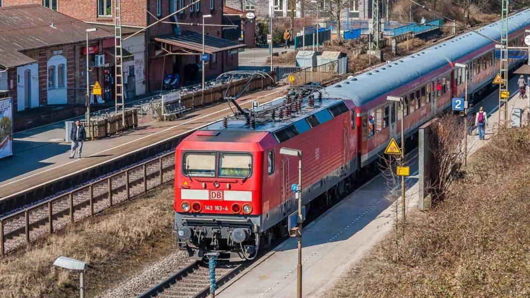 Regionalzug am Bahnhof Tornesch in Schleswig-Holstein