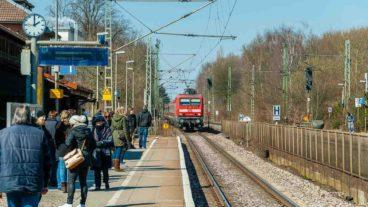 Menschen warten auf einen Regionalzug am Bahnhof Tornesch in Schleswig-Holstein