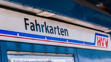 Fahrkarten-Schild an einer AKN-Station im HVV
