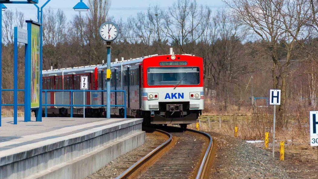 AKN-Triebwagen in der Haltestelle Quickborner Straße - fährt hier bald eine U-Bahn?