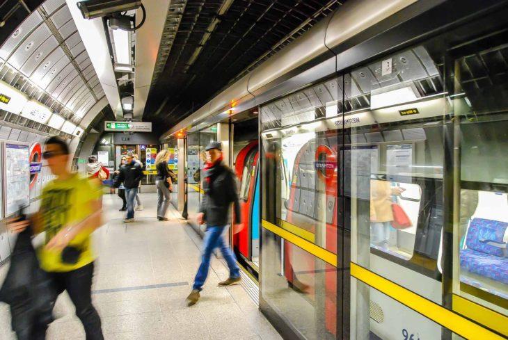 London: Spezielle Bahnsteigtüren verhindern, dass Personen vor einen Zug fallen können