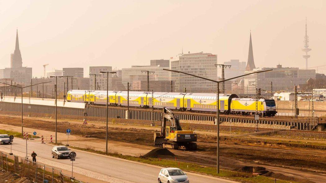 Metronom-Zug in der entstehenden HafenCity in Hamburg