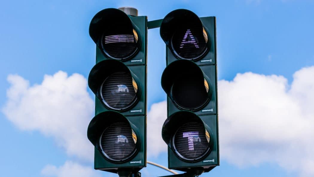 Ampelvorrangschaltung für Busse in Hamburg. Das leuchtende A bedeutet, dass der Bus an der Ampel Grünlicht angefordert hat, das T signalisiert dem Busfahrer in der Haltestelle, dass er die Türen schließen soll, um rechtzeitig bei Grünlicht abfahren zu können