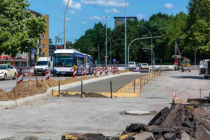 Bauarbeiten zur Busbeschleunigung in Hamburg mit einem XXL-Bus der Linie M5