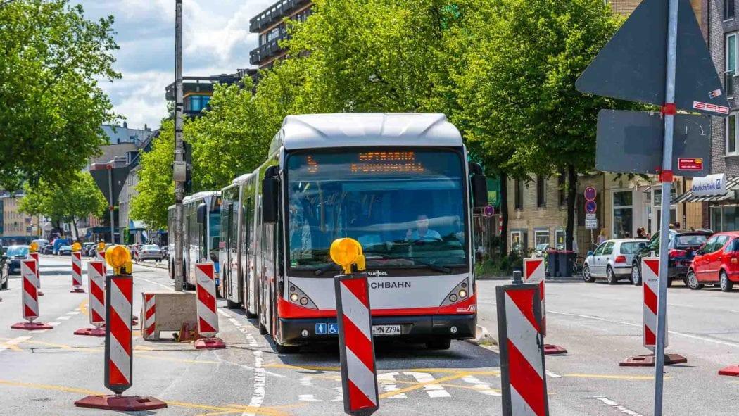 Bauarbeiten zur Busbeschleunigung in Hamburg mit einem Metrobus der Linie M5