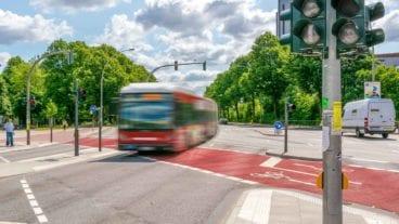 Busbeschleunigung: Vorfahrt für Metroibuslinie M5 an der Universität/Staatsbibliothek in Hamburg