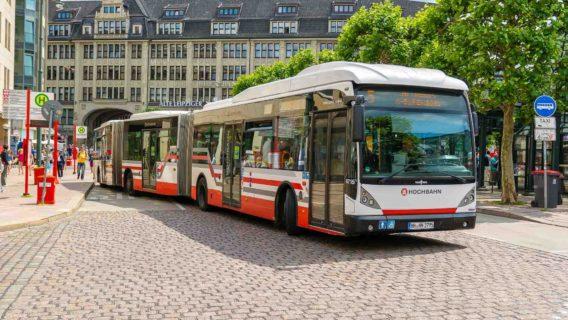 Symbolbild: Ein Hochbahn-Bus am Hamburger Rathausmarkt