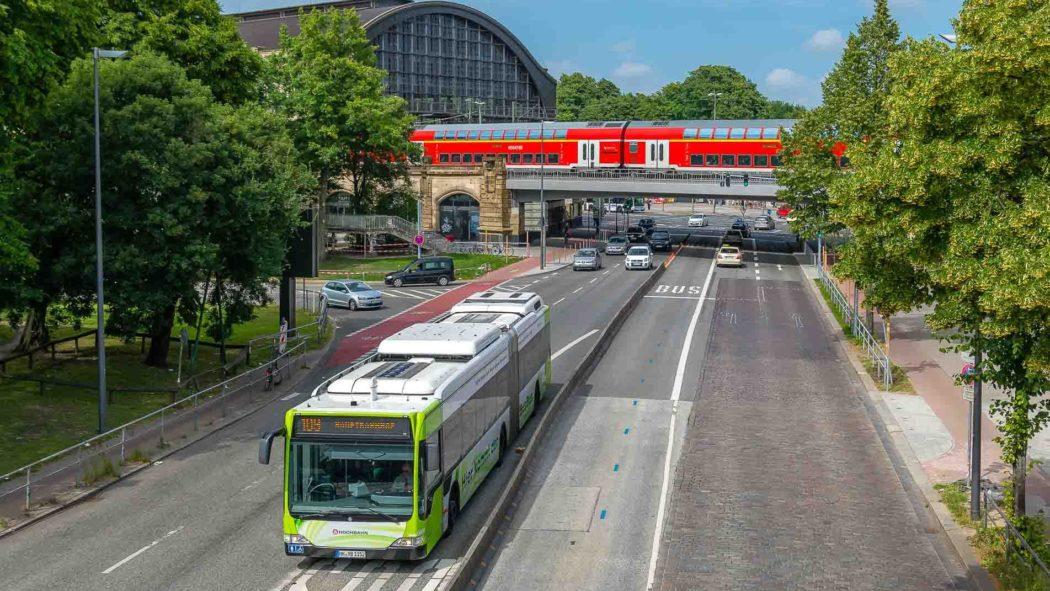 Hybridbus der Innovationslinie 109 am Dammtor in Hamburg