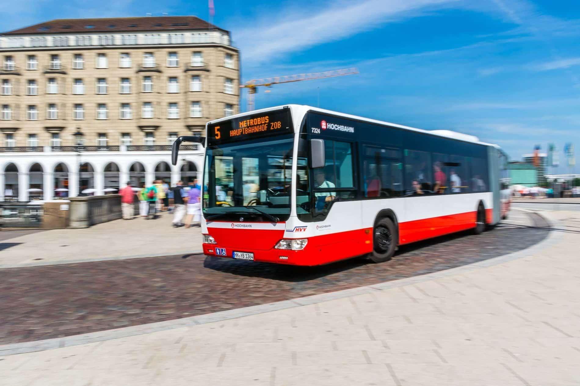 Metrobus derLinie M5 am Jungfernstieg (Alsterarcarden) in Hamburg