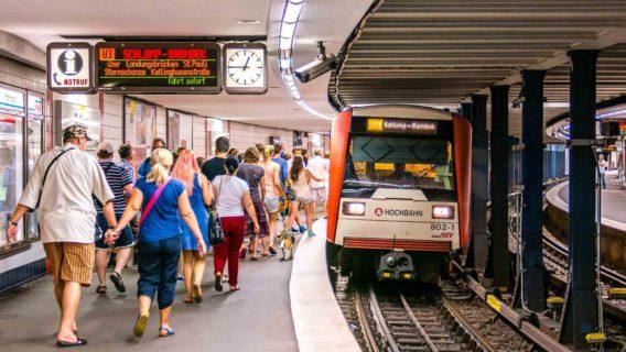 Menschen steigen in U-Bahn am Bahnhof Rathaus in Hamburg