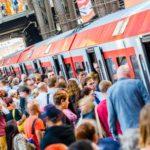 Menschenmassen warten im Sommer auf S-Bahn im Hamburger Hauptbahnhof