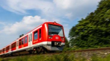 Hamburger S-Bahn (S3) im Sommer (Bewegungsunschärfe)