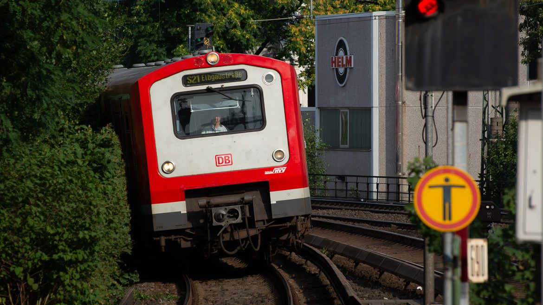 """S-Bahn im Bahnhof Holstenstraße in Hamburg mit rotem Signal und Schild """"Betreten verboten"""""""