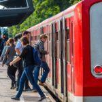 Menschen steigen am Bahnhof Holstenstraße in Hamburg in eine S-Bahn