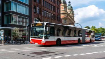 Hochbahn-Bus der Linie M4 am Stephansplatz in Hamburg (Bewegungsunschärfe)