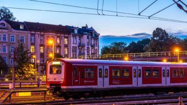 Abgestellte S-Bahn am Abend im Bahnhof Hamburg-Altona