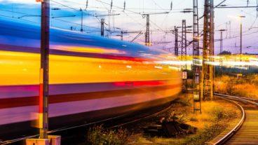 Vorbeifahrender ICE im Abendlicht im Bahnhof Hamburg-Altona