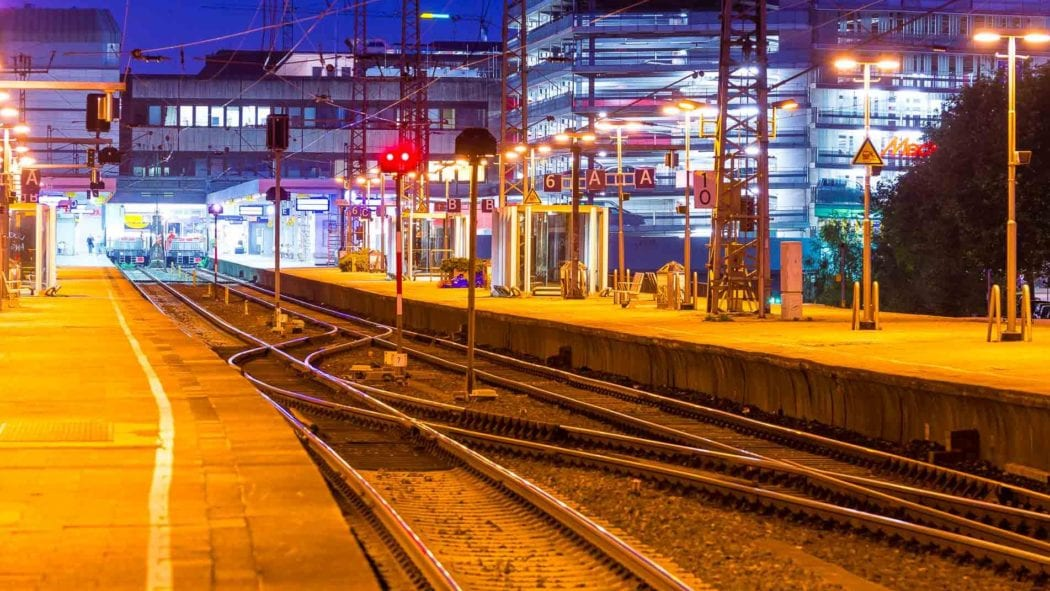 Gleisanlagen im Abendlicht im Bahnhof Hamburg-Altona