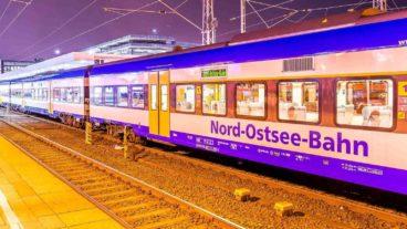 Nord-Ostsee-Bahn im Abendlicht im Bahnhof Hamburg-Altona