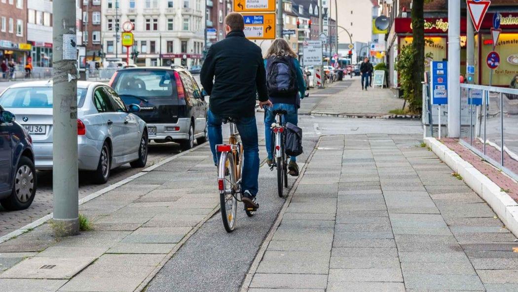 Sehr schmaler Fahrradweg in der Hoheluftchaussee in Hamburg