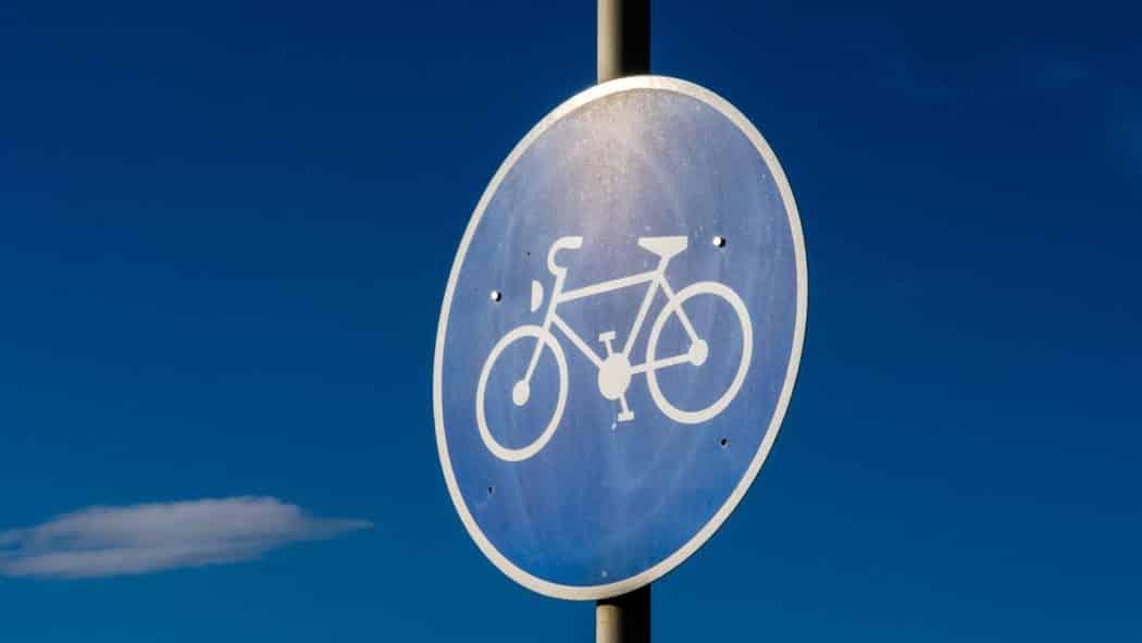 Verkehrsschild für benutzungspflichtigen Radweg